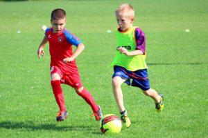 A formação de atletas no futebol e futsal: influência dos professores e pais